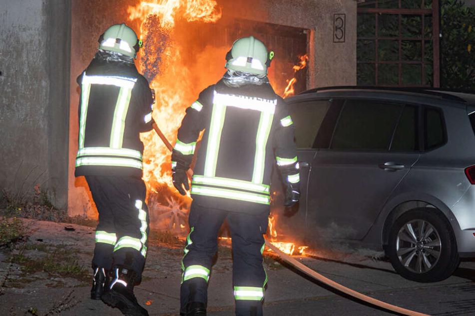 Beim Eintreffen der Feuerwehr stand die Front des Autos in Flammen.