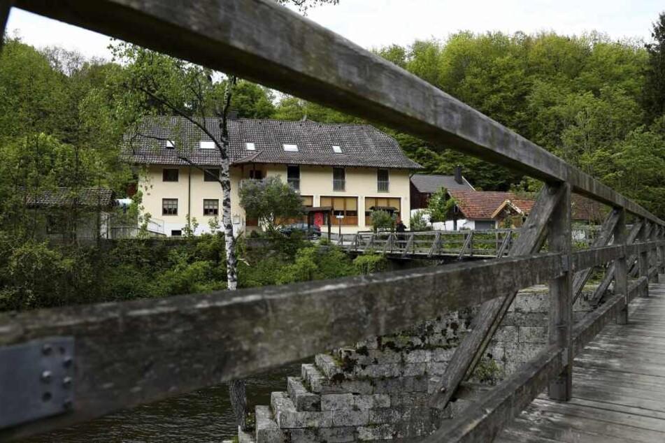 Blick auf die Pension bei Passau, in der vor drei Monaten drei Tote gefunden wurden.
