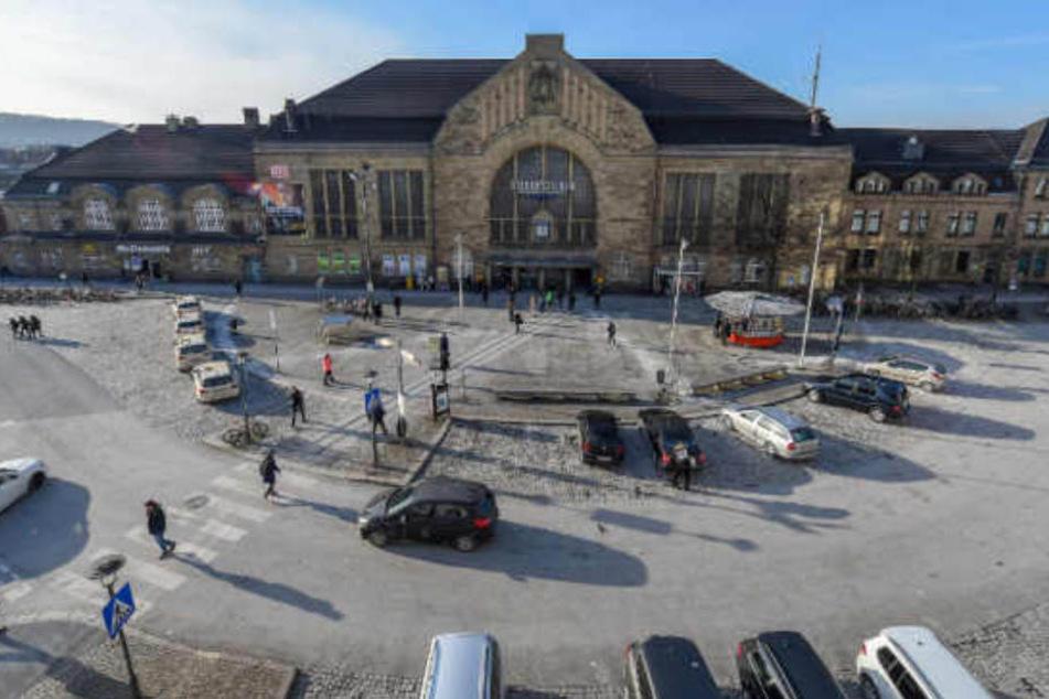Wer genau hinschaut, erkennt das kleine Rondell auf dem Bahnhofsvorplatz.