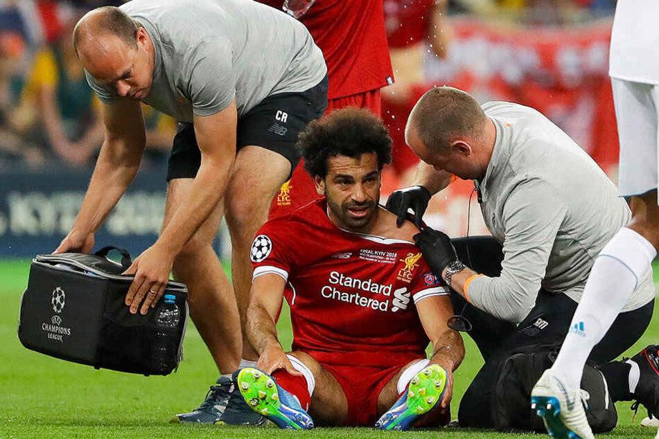 Die Schulter machte ein Weiterspielen unmöglich. Unter Tränen musste Mohamed Salah (m.) das Feld schon in der ersten Halbzeit verlassen.