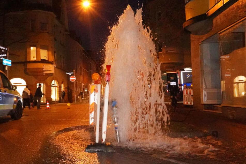 Das Wasser sprudelte aus einem Hydranten.