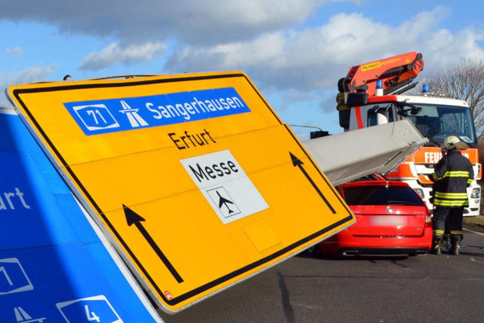 In Erfurt-Bindersleben stürzte ein Verkehrsschild auf einen Pkw. Der Fahrer blieb unverletzt.
