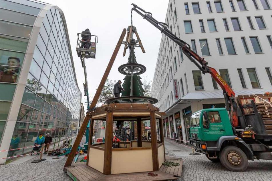 Am Düsseldorfer Platz hat der Aufbau des diesjährigen Weihnachtsmarktes bereits begonnen.