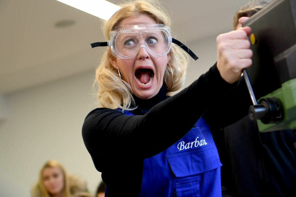 """Barbara Schöneberger, Botschafterin der DKJS (Deutsche Kinder- und Jugendstiftung), besucht die Schülerfirma """"Holzwerkstatt"""" der Paul-und-Charlotte-Kniese-Schule in Berlin-Lichtenberg."""