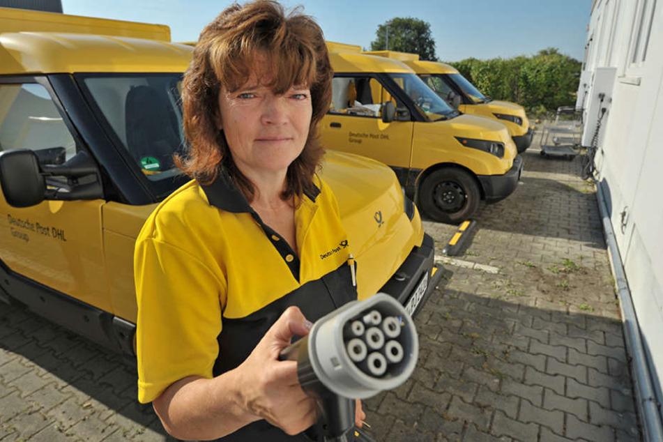 Nach der Arbeit an die Dose: Postfrau  Heike Hübsch (50) zeigt das Ladekabel des E-Transporters. Vollgeladen kommt er  auf 120 Kilometer Reichweite.