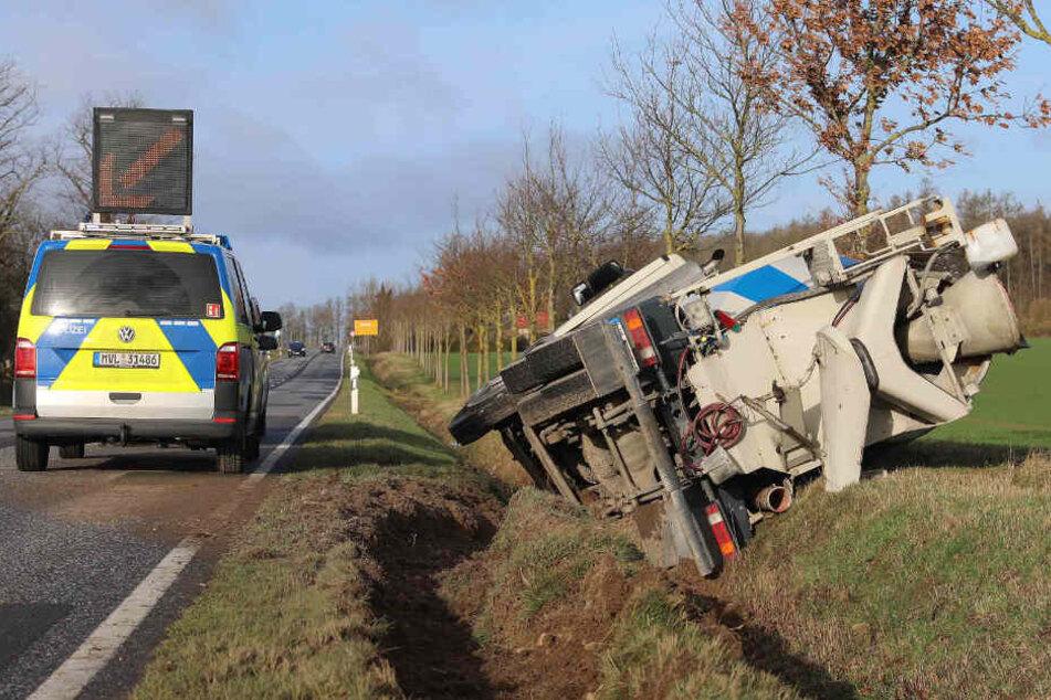Der Betonmischer krachte in den Straßengraben, die Polizei sicherte die Unfallstelle ab.