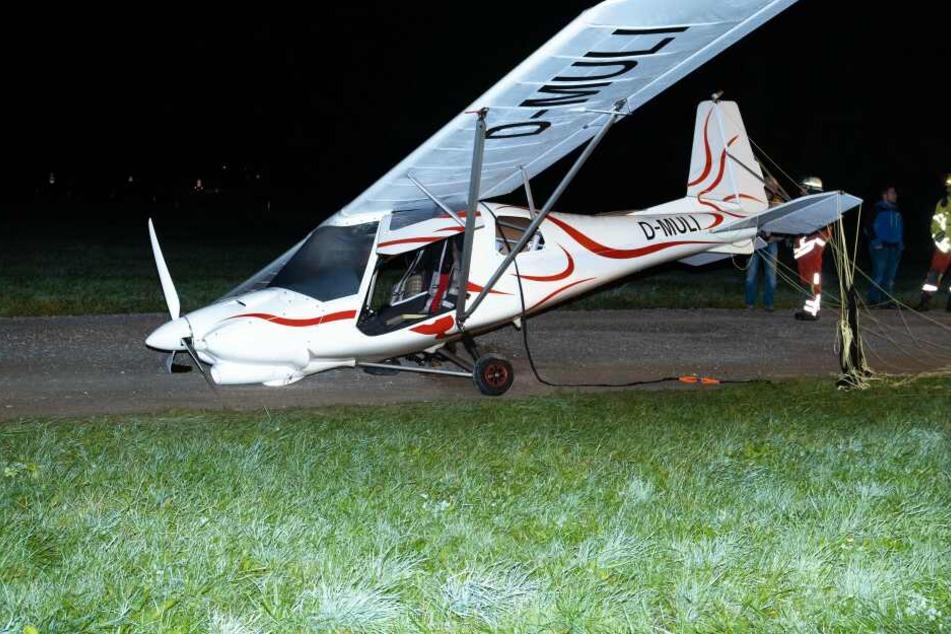 Ein im Flugzeug integrierter Rettungsschirm wurde vom Piloten ausgelöst und bremste den Sturz ab.