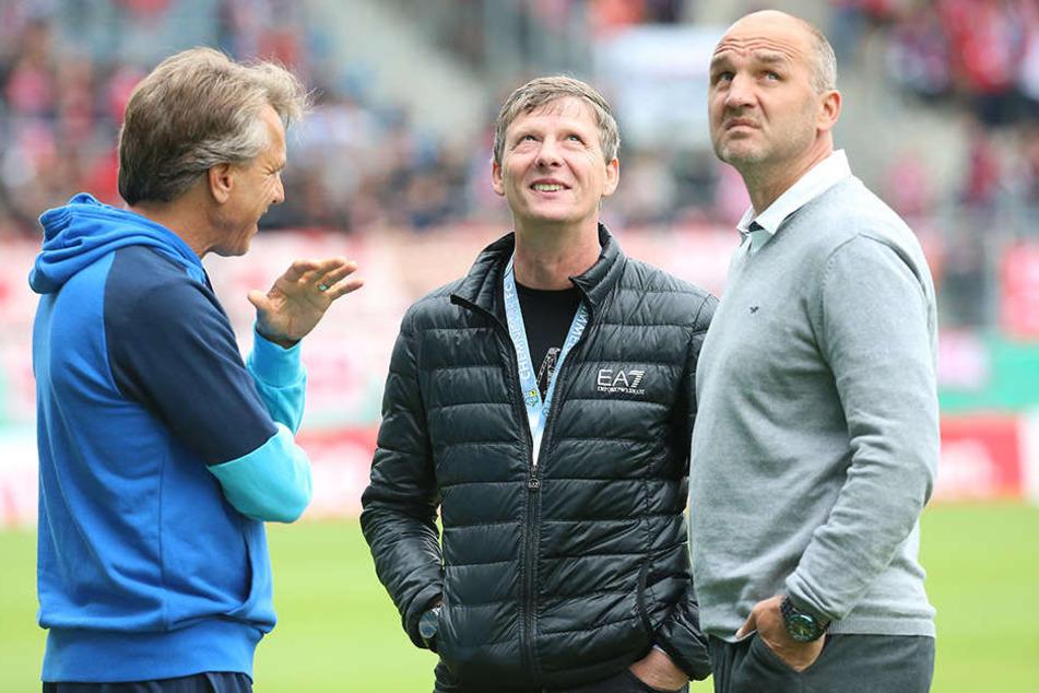 Trainer Horst Steffen (l.) bescheinigt seiner Mannschaft eine positive Entwicklung. Ob das Uwe Bauch, Vorsitzender des CFC-Aufsichtsrats (M.), und Sportdirektor Steffen Ziffert genauso sehen?