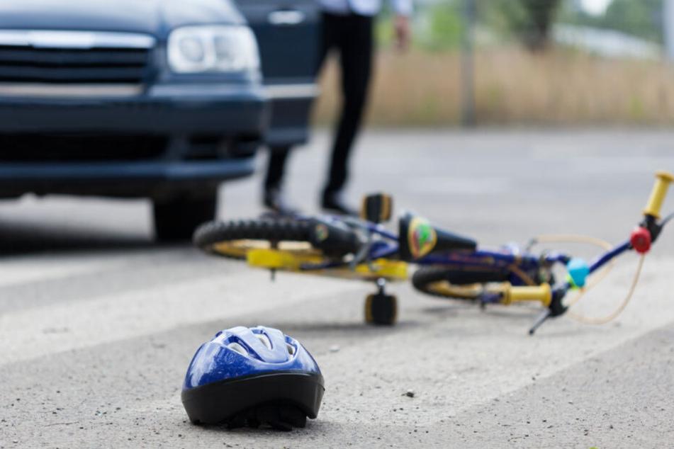 Alarmierte Rettungskräfte brachten den kleinen Rollerfahrer zur stationären Behandlung in eine Klinik. (Symbolbild)