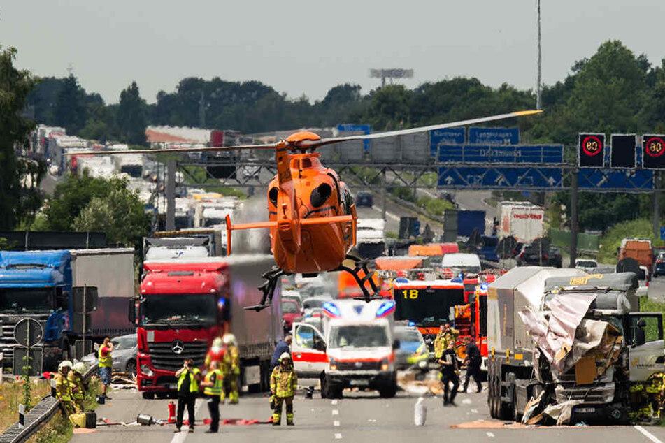 Ein Rettungshubschrauber hebt am 24.06.2016 nach einem Unfall zwischen einem PKW mit Wohnanhänger und einem LKW auf der A2 bei Hannover ab.