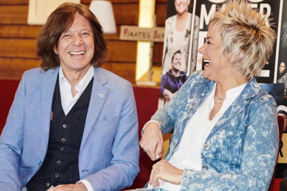 Inka Bause und Jürgen Drews sitzen und lachen im Restaurant Pirates Berlin an der East Side Gallery.