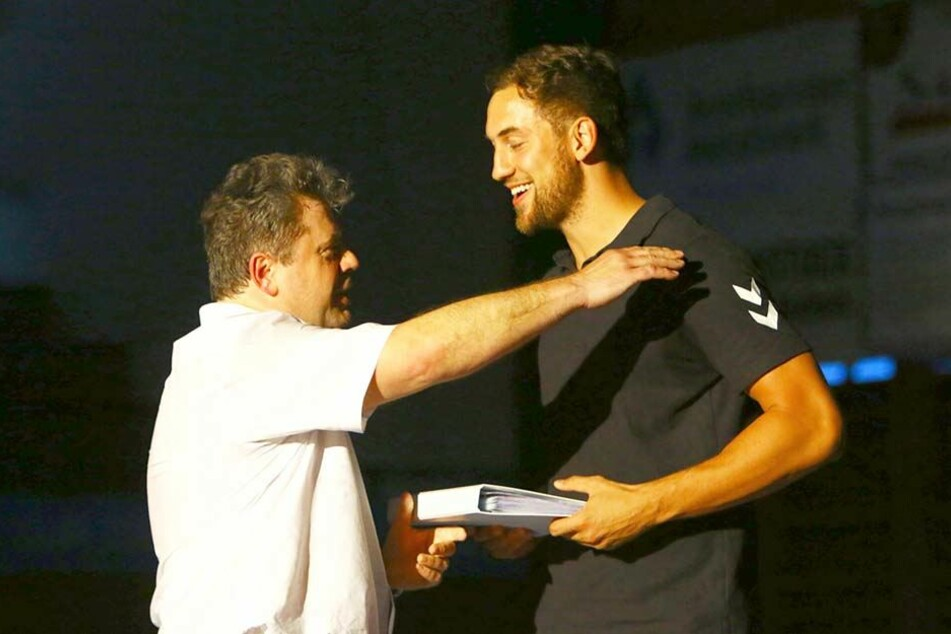Aues Geschäftsführer Rüdiger Jurke verabschiedete Marc Pechstein zum Saisonende am 2. Juni. Der Torjäger hatte einen großen Anteil am Klassenerhalt des EHV.