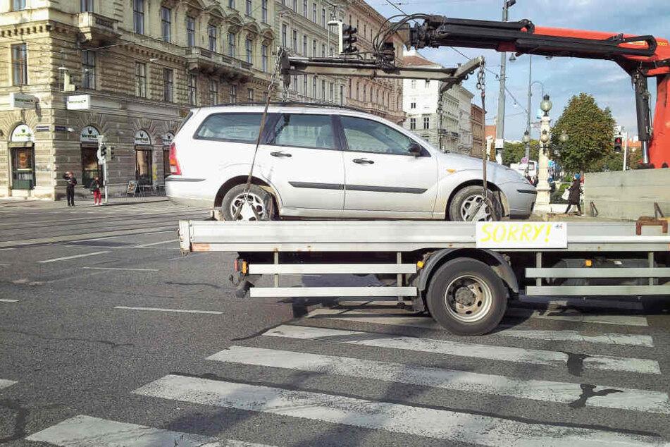 Nachts schlichen sich Unbekannte zum abgeschleppten Unfallwagen: War es der Fahrer? (Symbolbild)