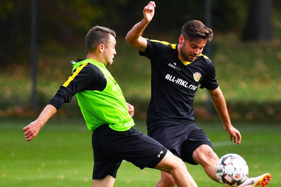 """""""Das mach' ich doch mit links"""", denkt sich hier Niklas Kreuzer (r.) im Training gegen Mitspieler Justin Löwe und flankt einfach mit dem schwächeren Fuß."""