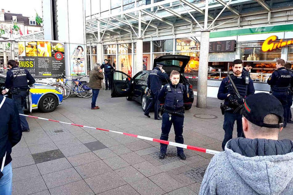 Ein Mann fuhr am Samstagnachmittag in eine Menschenmenge in Heidelberg und verletzte drei Menschen.