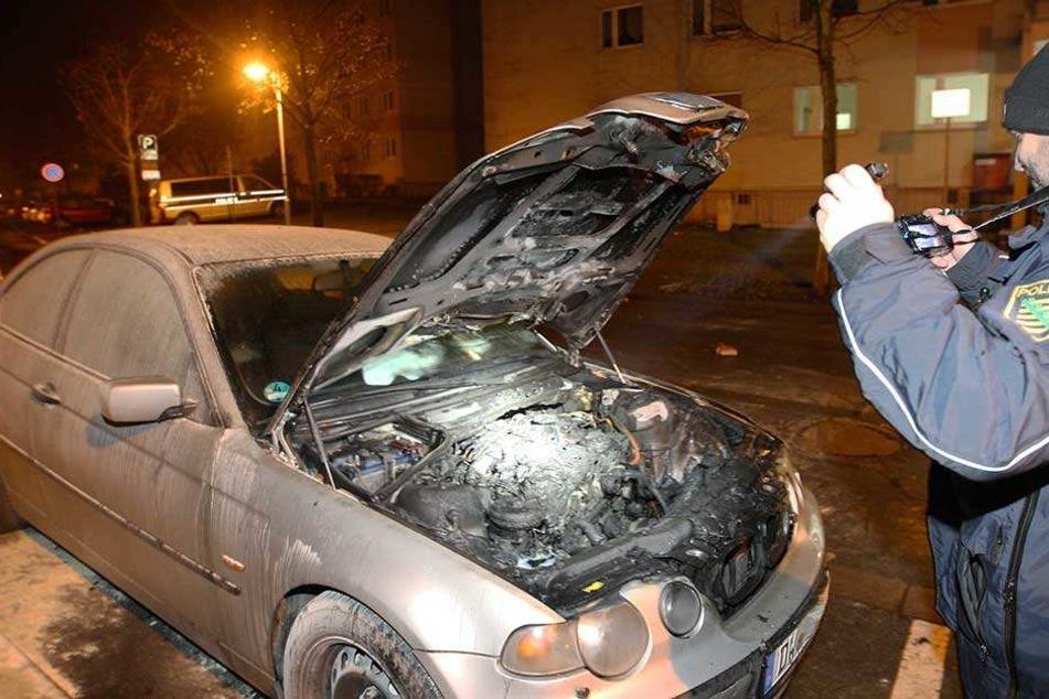 BMW gerät durch Silvesterfeuerwerk in Flammen
