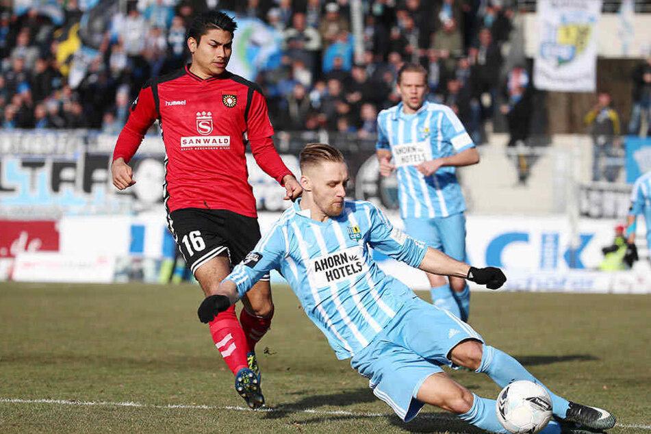Björn Jopek (r.) behauptet den Ball vorm Ex-Chemnitzer Mario Rodriguez.