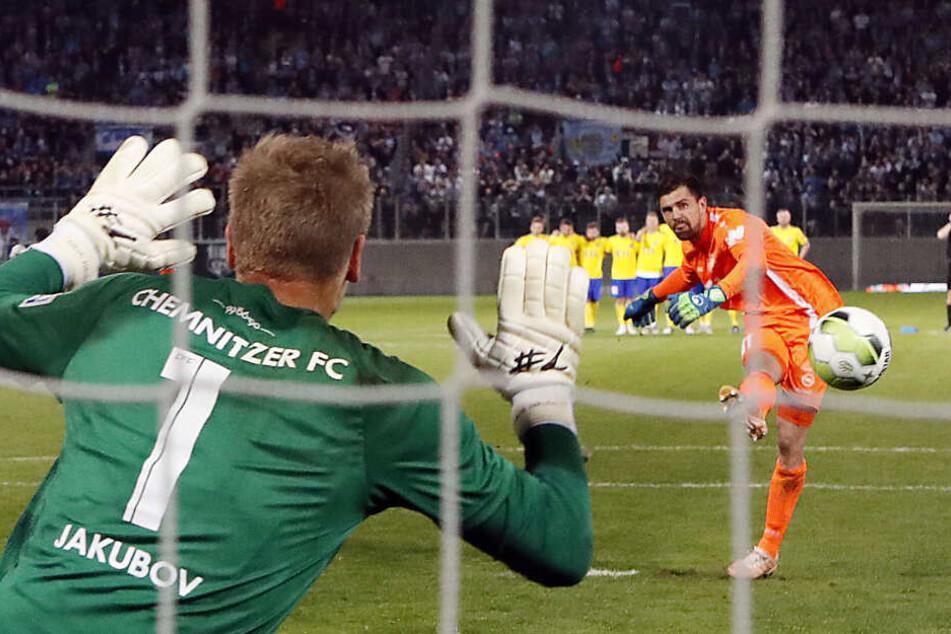 CFC-Torhüter Jakub Jakubov beim Elfmeterschießen im Halbfinale gegen Lok Leipzig.
