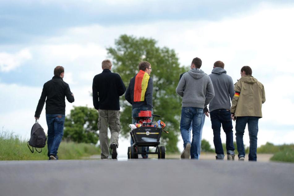 Mit Bollerwagen und Kollegen fröhlich durch die Landschaft laufen. Wer darauf Bock hat, wird zumindest vom wetter nicht enttäuscht werden. (Symbolbild)