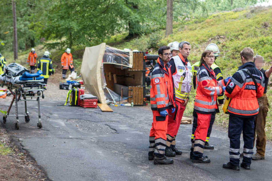 Die Kutsche ist bei dem Unfall umgekippt und blieb auf der Seite liegen.