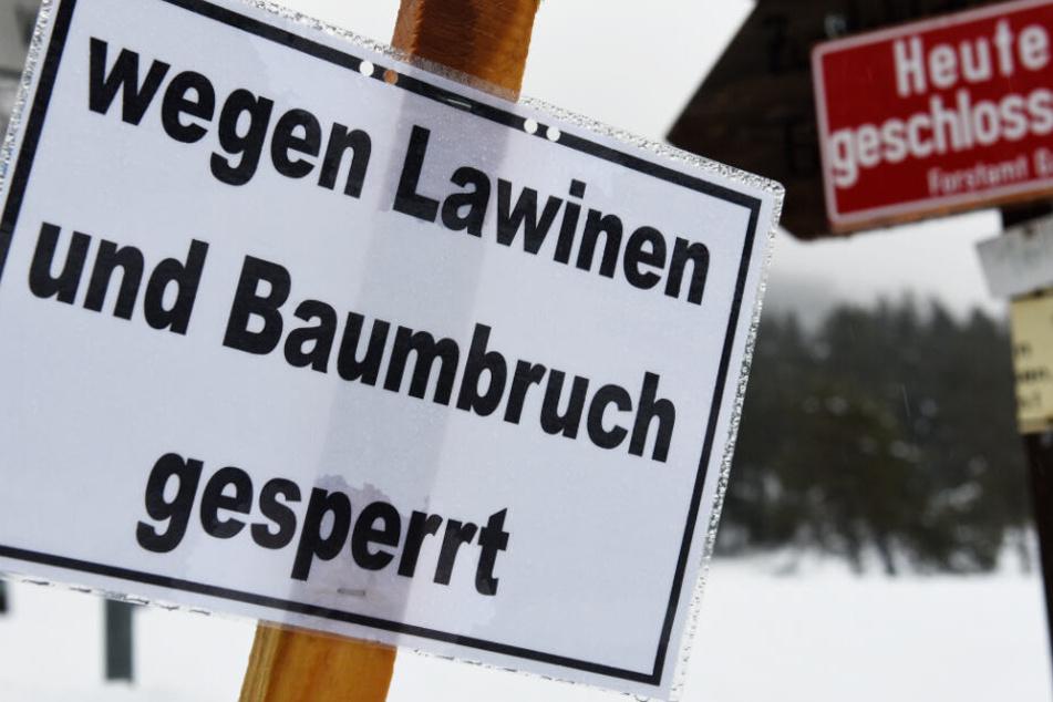 Die Gefahr von Lawinen ist in den bayerischen Alpen sehr hoch. (Symbolbild)