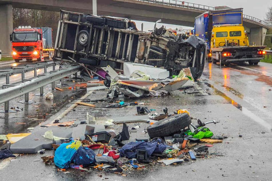 Transporter fährt auf Lkw und kippt um: A65 gesperrt