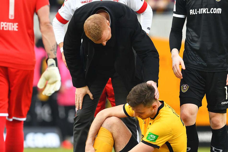 Trainer Maik Walpurgis tröstet Florian Ballas nach dem Spiel.