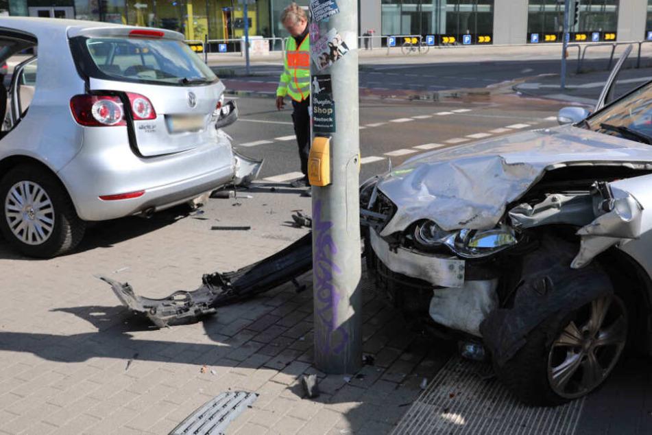 Die beschädigten Fahrzeuge kamen mitten auf einem Fußgängerüberweg zum Stehen.
