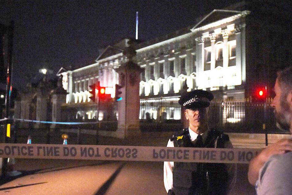 Die Polizei in London hat am Freitagabend einen Mann mit einem Messer vor dem Buckingham-Palast festgenommen.