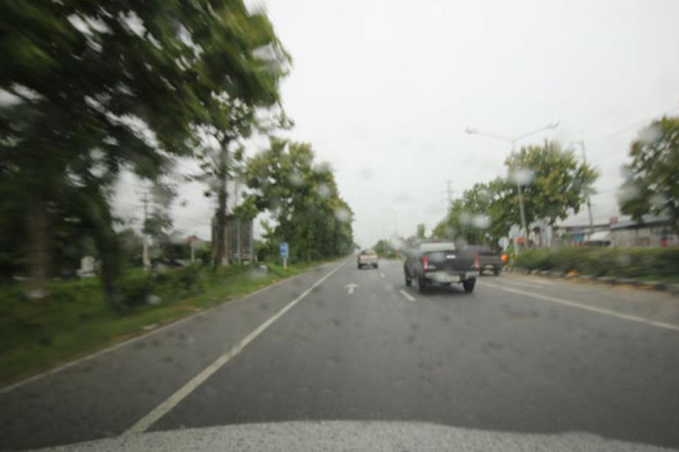 Beim Sturm verlor er in einer Kurve die Kontrolle über sein Auto. (Symbolbild)