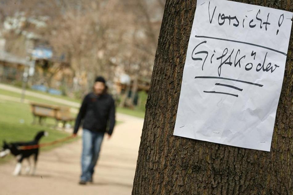 In einem Berliner Park hängt die Warnung vor Giftködern (Archivbild).