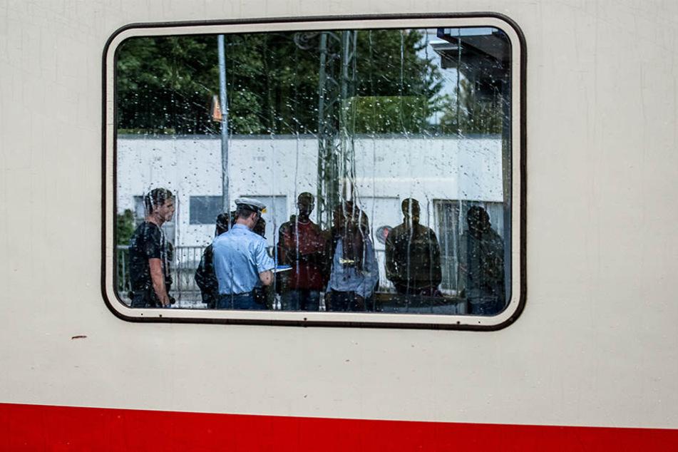 Die Beamten der Bundespolizei Dresden konnten in einem Reisezug EC 178 einen dicken Fahndungserfolg verzeichnen. (Symbolbild)