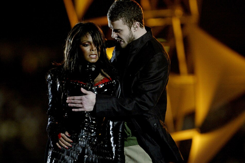 """During a performance in the 2004 Super Bowl halftime show, Justin Timberlake (r.) covered Janet Jackson's right breast, which he had exposed in the middle of a song. The act caused a national scandal dubbed """"Nipplegate."""""""