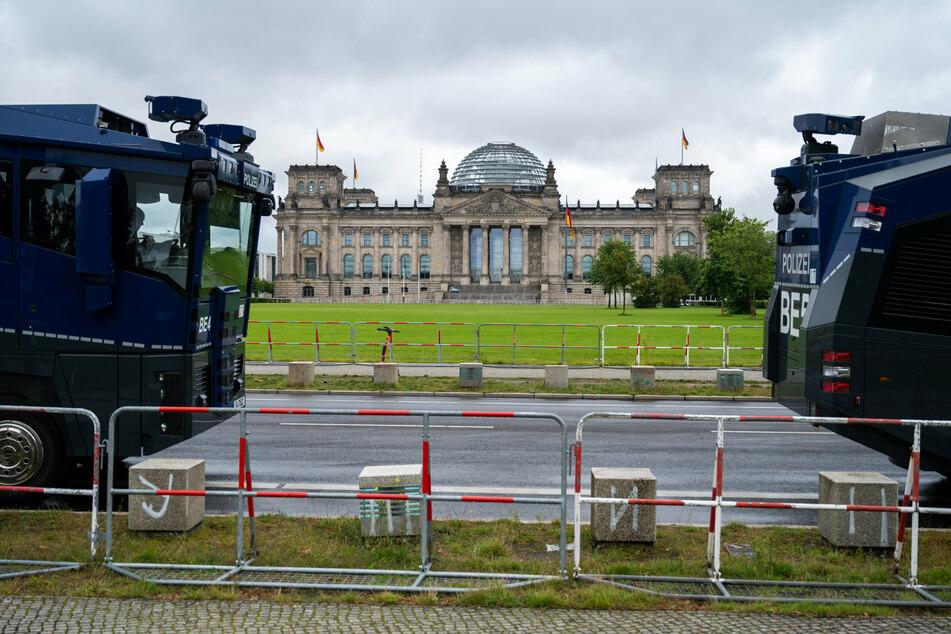 Vor dem Reichstagsgebäude stehen Wasserwerfer.