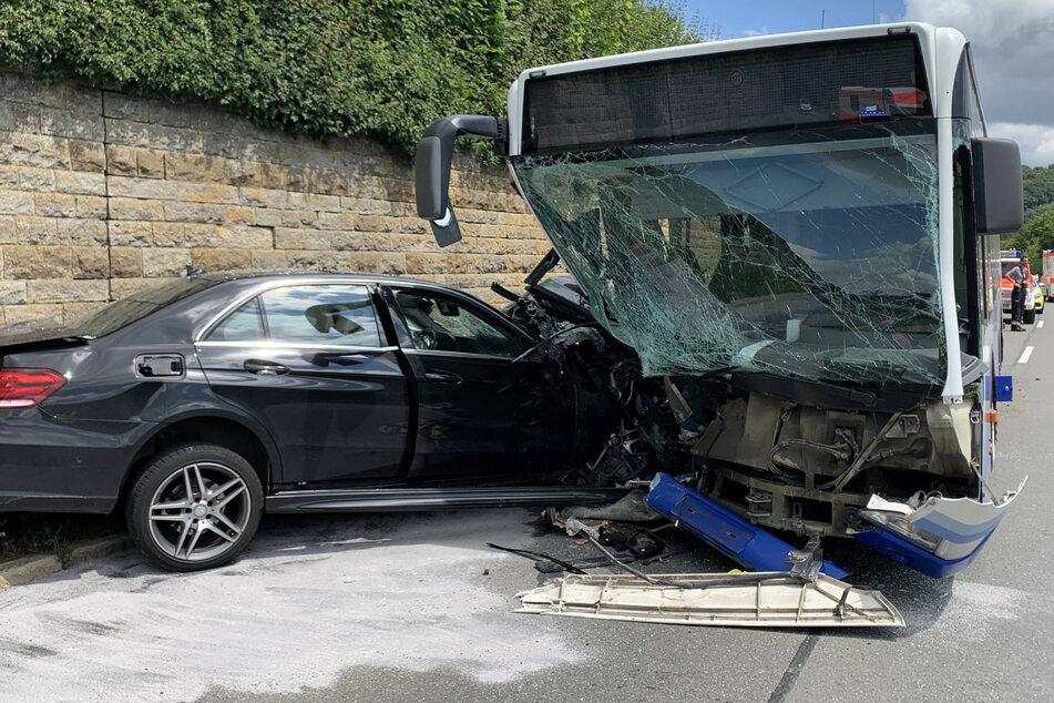 Bus kracht frontal mit Auto zusammen: zehn verletzte Schulkinder
