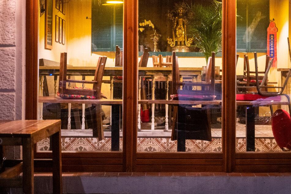 In einem Restaurant in Berlin stehen die Stühle auf den Tischen. Restaurants und Bars bleiben wegen der Maßnahmen gegen die Ausbreitung des Coronavirus weiterhin geschlossen.