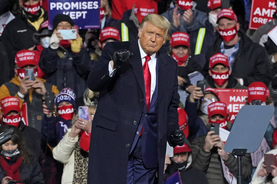 Donald Trump, Präsident der USA, tanzt zu dem Song YMCA, nachdem er auf einer Wahlkampfkundgebung auf dem Williamsport Regional Airport gesprochen hat.