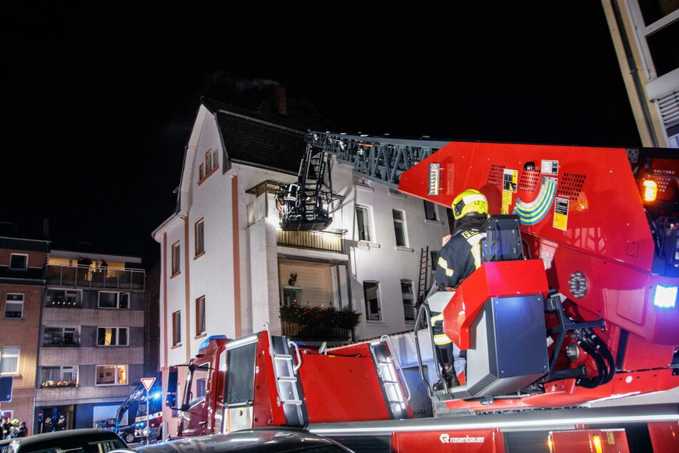 Kellerbrand in Neuss: Feuerwehr rettet mehrere Bewohner