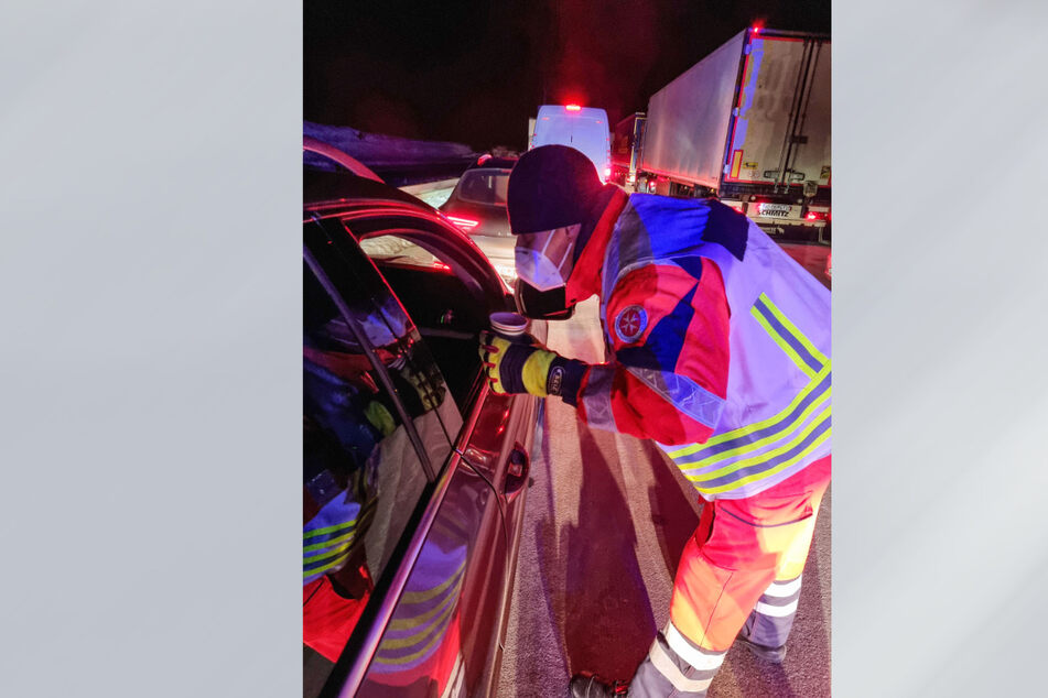 Schon in der Nacht zu Montag hatten Johanniter auf der A17 an Autofahrer im Stau Heißgetränke ausgeschenkt.