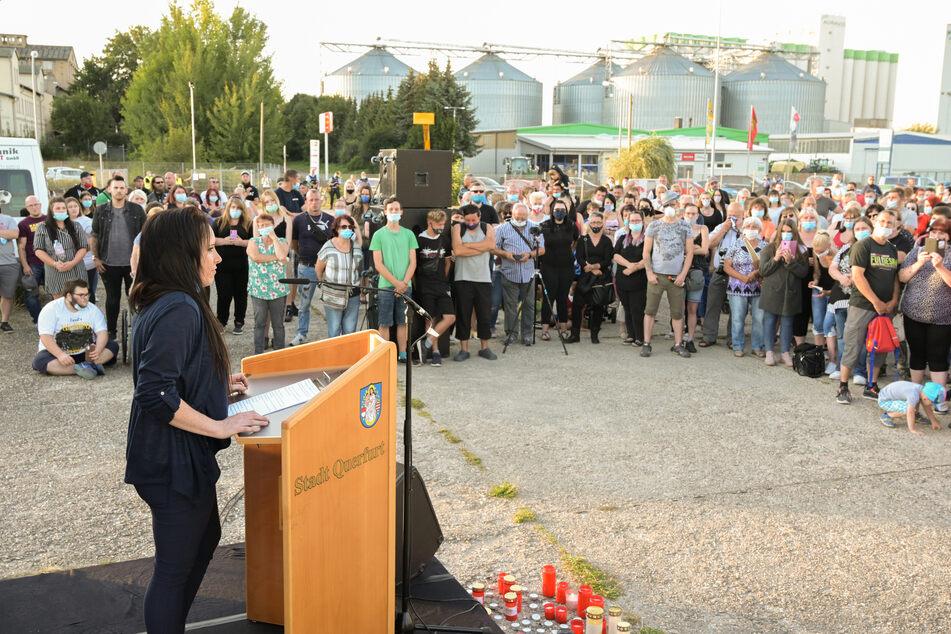 Marie Schneider, Organisatorin der Gedenkveranstaltung, hielt eine Rede.