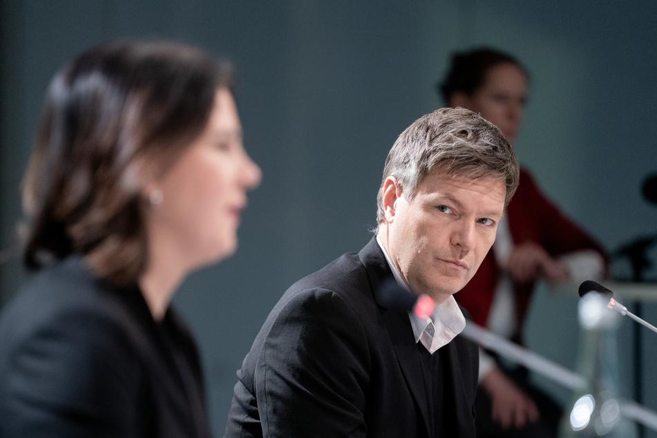 Andreas Scheuer attackiert die Opposition und die Verkehrspolitik der Grünen, rund um Annalena Baerbock (40, l.) und Robert Habeck (51, r.)