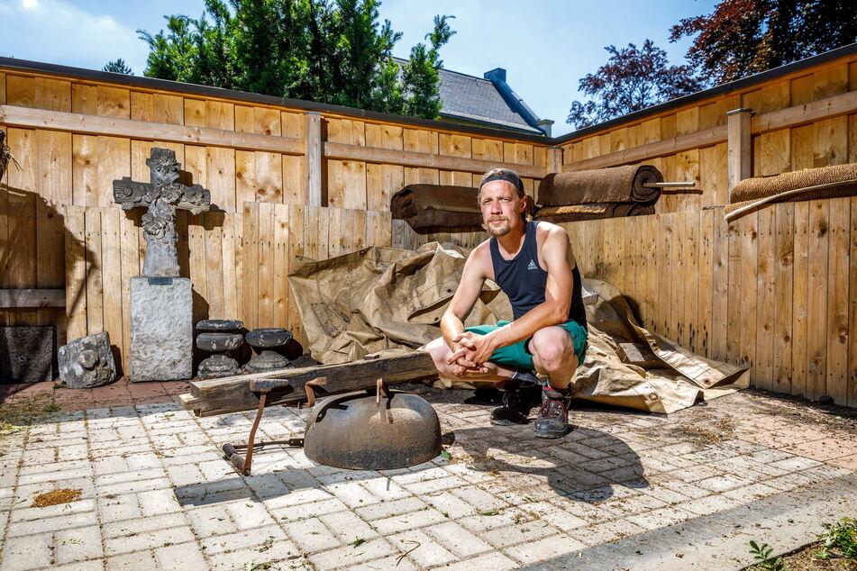 Friedhofsmeister Maik Knorr (33) blieb nur noch die Eisenglocke.