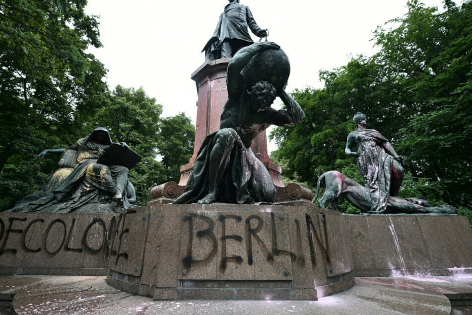 Farb-Anschlag auf Berliner Bismarck-Nationaldenkmal!