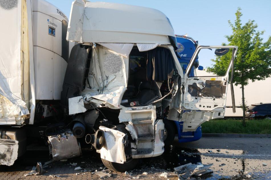 Laster rast in stehende Fahrzeuge: Zwei Verletzte auf Autobahn-Parkplatz