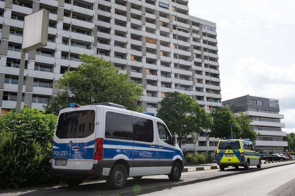 Einsatzkräfte der Polizei steht vor dem Hochhaus-Komplex Iduna-Zentrum.