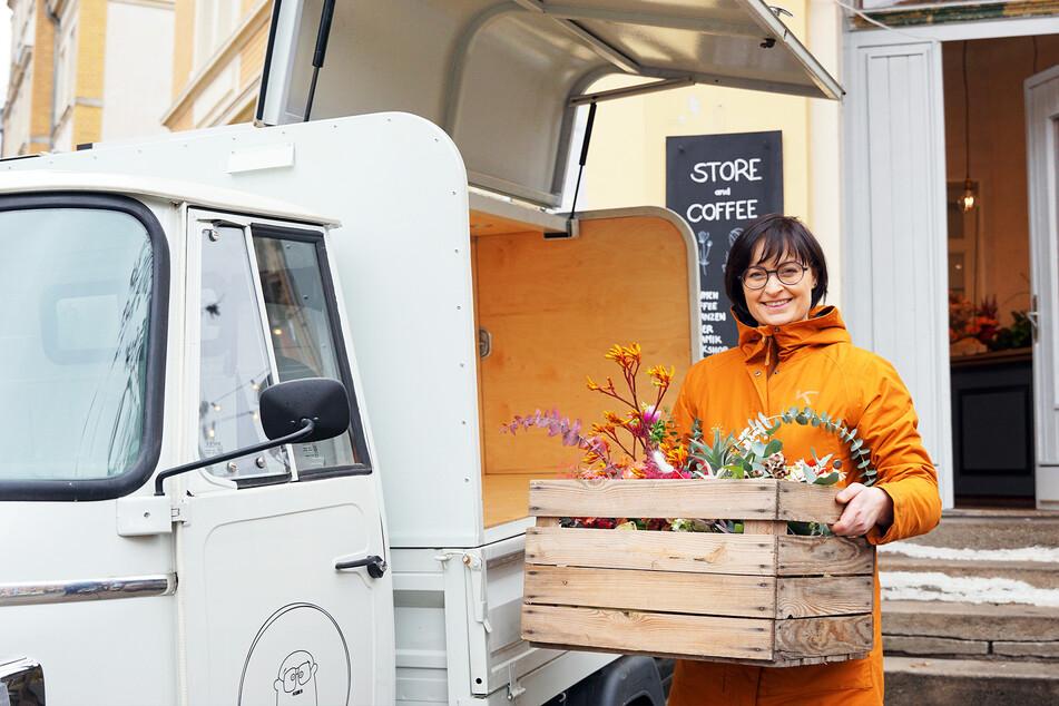 In einer Holzkiste geschützt, verlädt Floristin Juliane Müller (37) ihre frühlingshaften Sträuße vorm Löbtauer Geschäft ins Auto.