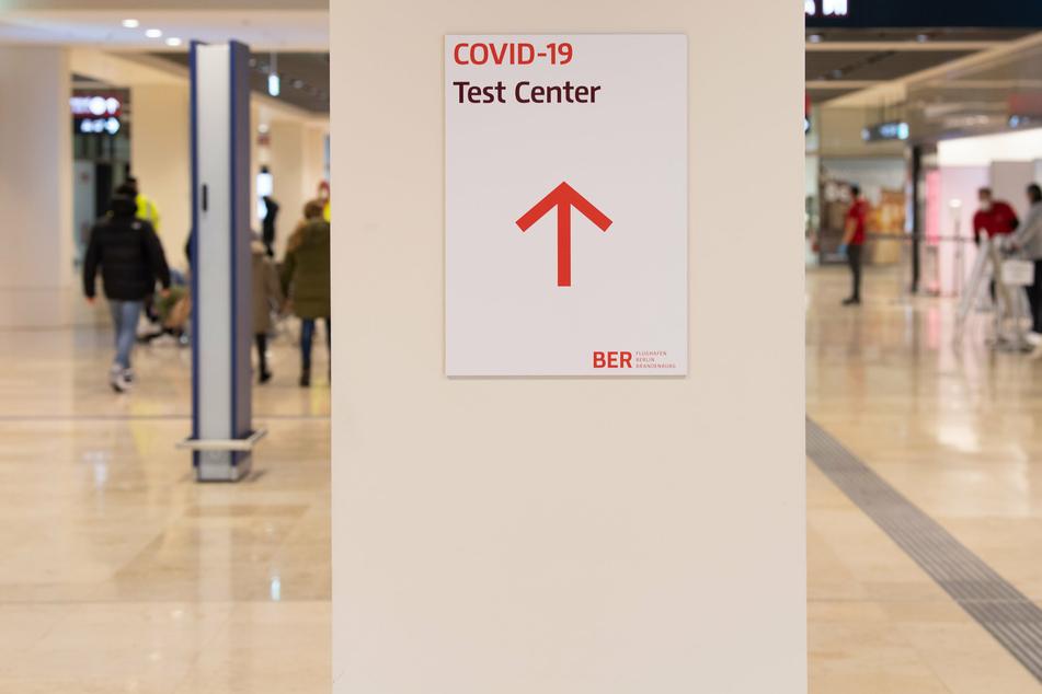 """: """"Covid-19 Test-Center"""" steht auf dem Zettel am Hauptstadt-Flughafen in Berlin."""