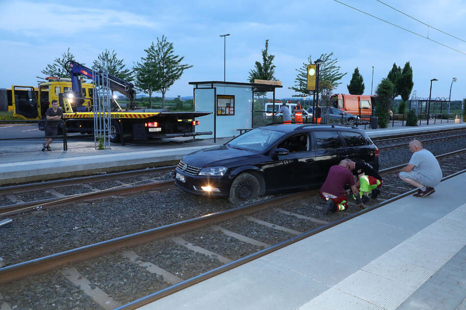 Der VW Passat hatte sich im Gleisbett völlig festgefahren.