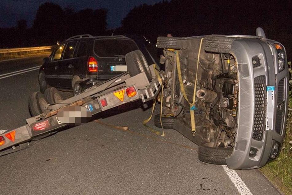 Derweil der Opel sicher zum Stand kam, flog der transportierte Wagen vom Hänger.
