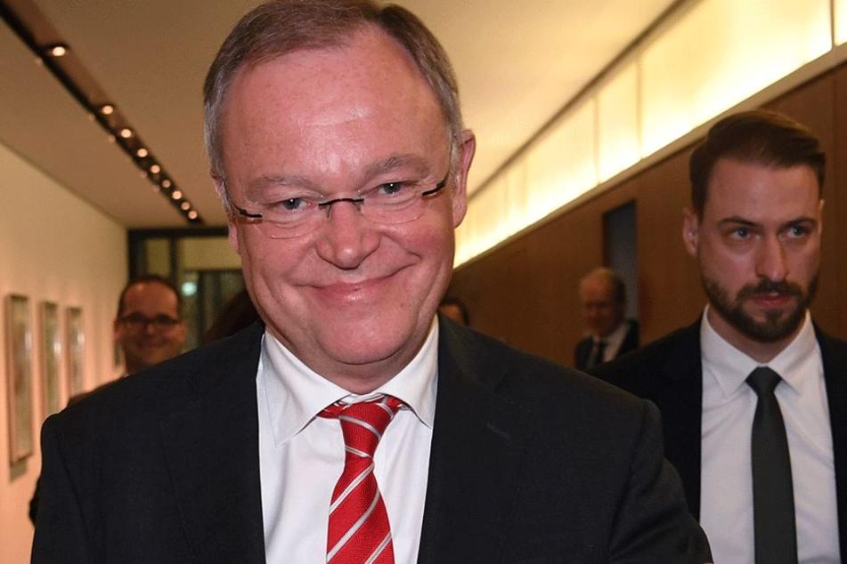 Stephan Weil (58, SPD) freut sich über die ersten Hochrechnungen.